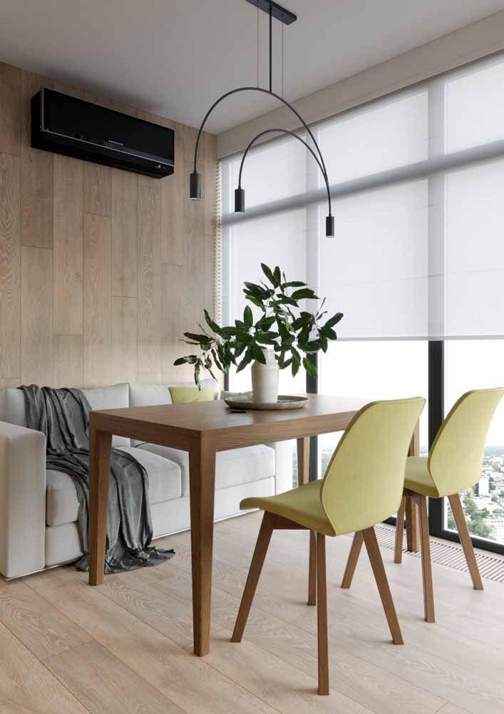O amarelo das cadeiras é suave, mas nem por isso deixa de ser notado no ambiente