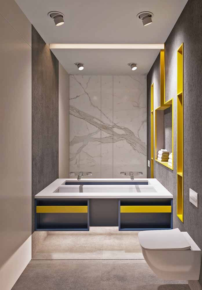 Banheiro moderno apostou na combinação entre o cinza e o amarelo