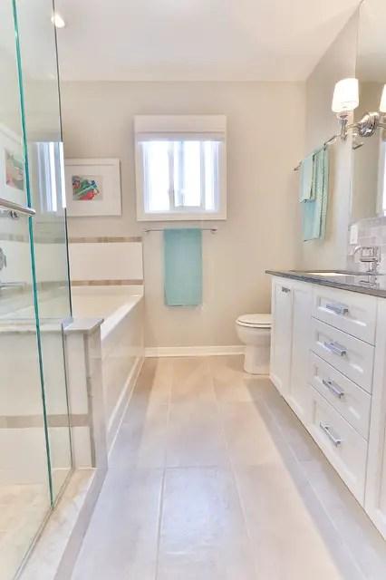 Phòng tắm hẹp với Phụ kiện tông màu Teal # phòng tắm # phòng tắm # phòng tắm #decorhomeideas