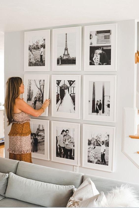 Galeria ścienna z czarno-białymi zdjęciami w takich samych ramkach
