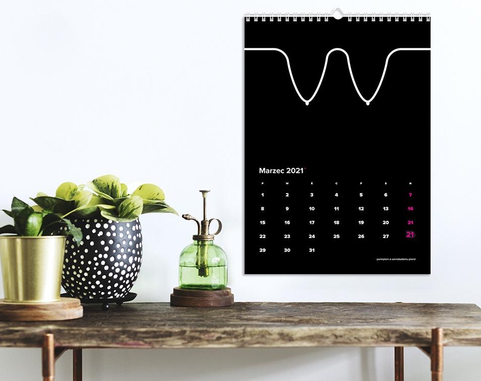 Czarny kalendarz z piersiami