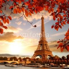 Wieża Eiffla - kompozycja z jesiennymi liśćmi