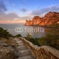 schody-i-skały-nad-morzem-fototapeta