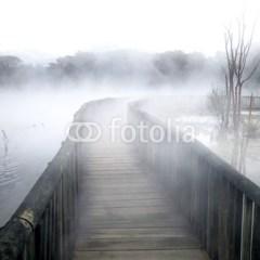 drewniany-most-i-zamglone-jezioro-fototapeta-flizelinowa