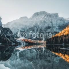 Łódka na Jeziorze Braies w Górach Dolomitach, Włochy