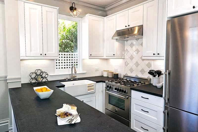 27 Brillant Kitchen Ideas for Small Spaces [Layout ... on Best Backsplash For Black Countertops  id=56249