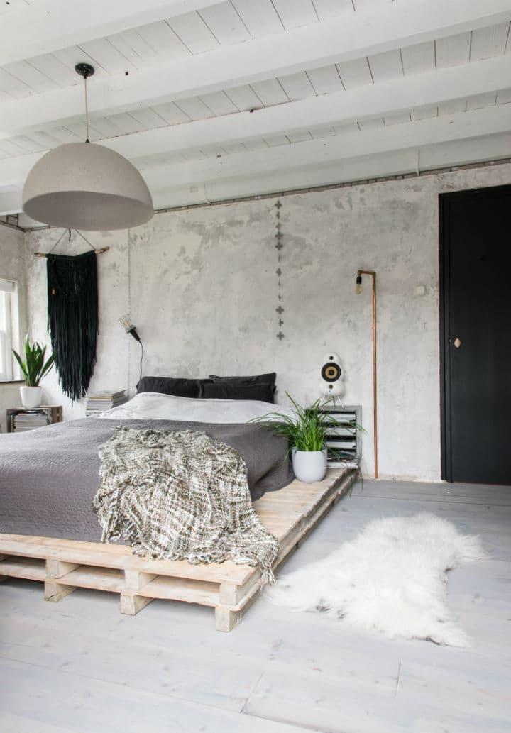 La chambre propose aussi une décoration industrielle blanche