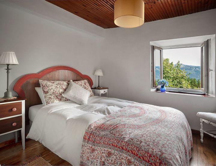 Des chambres rustiques avec une touche de couleur et des motifs 9