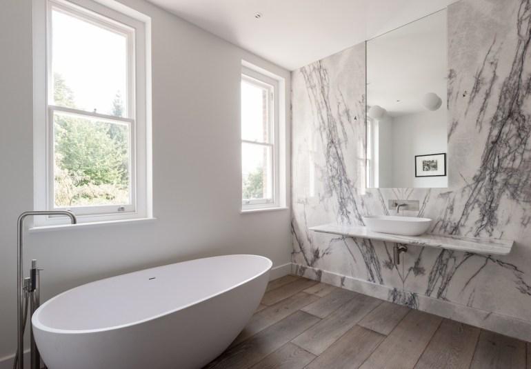Salle de bain griseavec du marbre