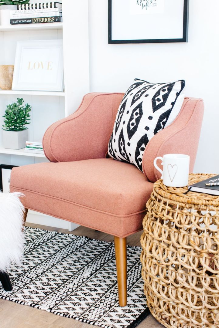 Décorer le coin d'une pièce avec une chaise