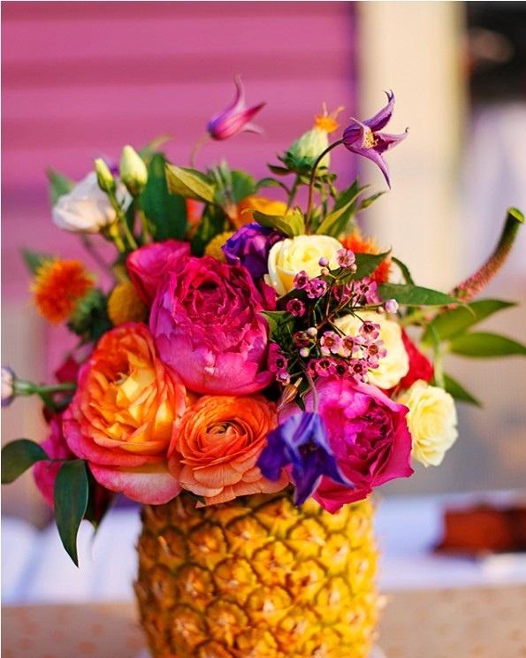 Une composition florale avec un ananas
