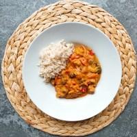 Curry rojo con verduras, soja texturizada y arroz