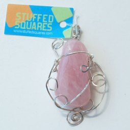 Pendente de quartzo rosa em arame de prata quadrado