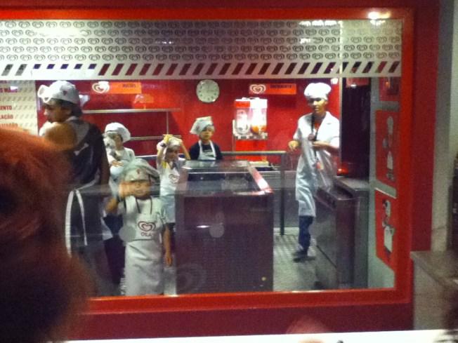 Na fábrica de gelados