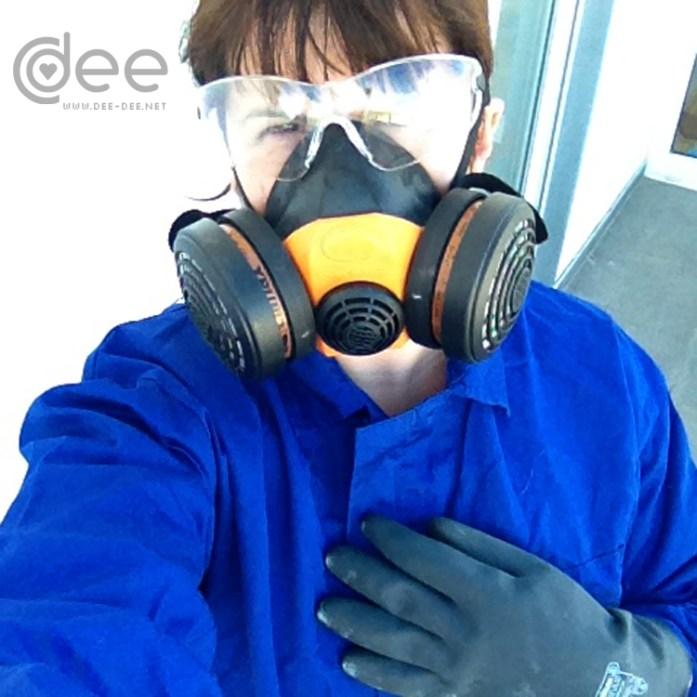 Primeiro vesti o material de protecção: macacão por cima da roupa, livas para ácido, máscara com filtro para gazes e óculos de protecção. Senti-me um bocado como o Mr. White :)