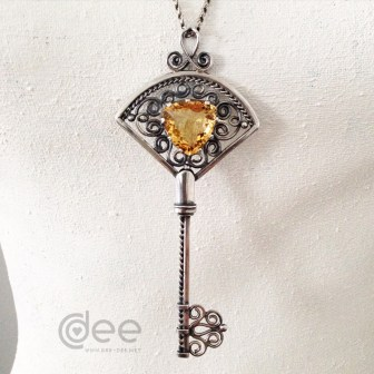 chave de prata e topazio