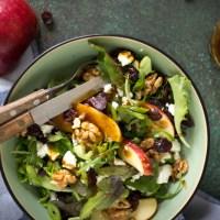 Salade met appel, gekaramelliseerde walnoten en cranberry's