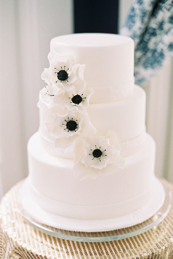 49 Amazing Black and White Wedding Cakes   Deer Pearl Flowers white and black wedding cake with white poppy flowers