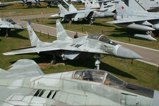 Mikoyan_MiG-29_Fulcrum_prototype_01
