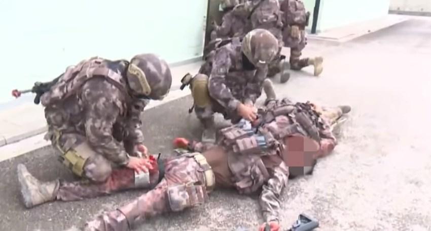 taktik muharebe yaralı bakımı tatbikatı yapan polis özel harekat