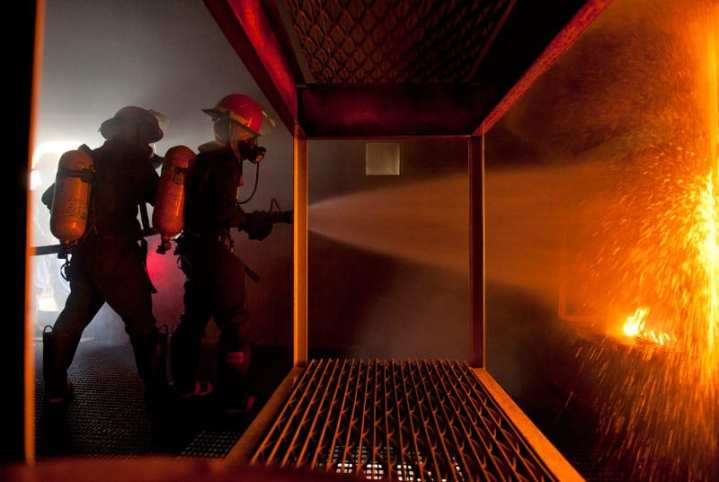 Sailors Fight Simulated Berthing Fire