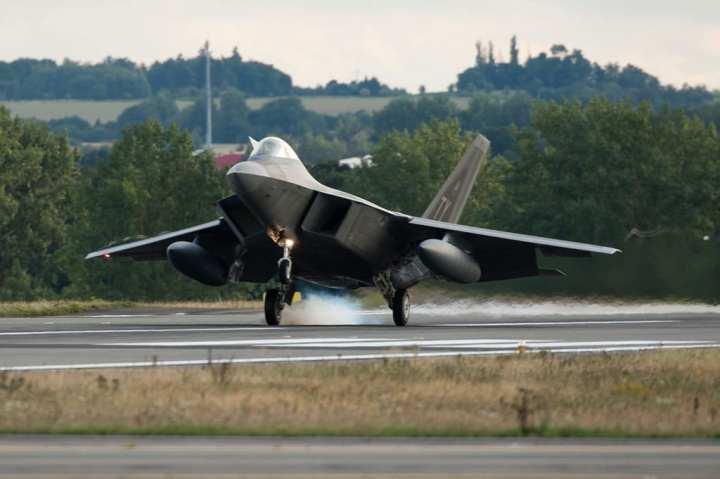 F-22 Raptor touchdown