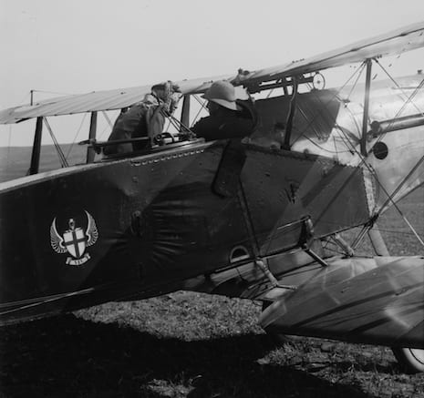 T.E. Lawrence (Lawrence of Arabia) often traveled in the back seat of British F.2B ghters in 1917-18 to coordinate with the British command. He continued the practice after the armistice, when this picture was taken.