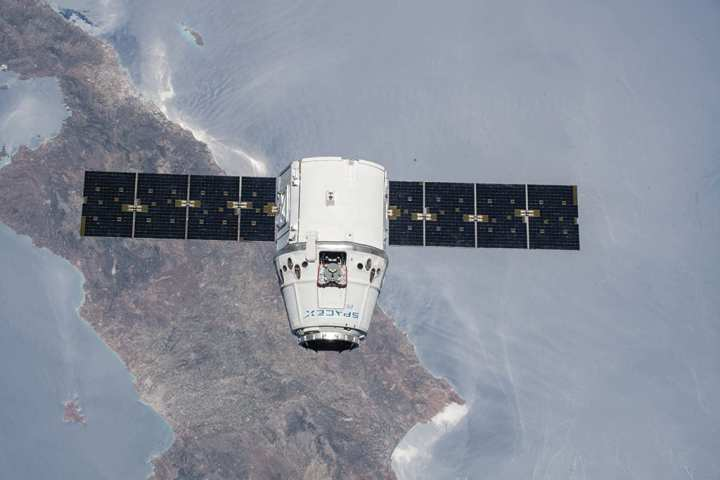 SpaceX Dragon cargo craft ISS web