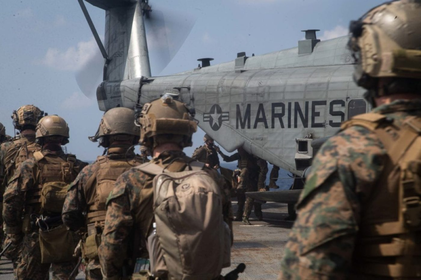 U.S. reconnaissance Marines with the Maritime Raid Force, 31st Marine Expeditionary Unit (MEU) exfiltrate towards a CH-53E Super Stallion with Marine Medium Tiltrotor Squadron 262 (Reinforced), 31st MEU. (U.S. Marine Corps photo by Sgt. Danny Gonzalez)