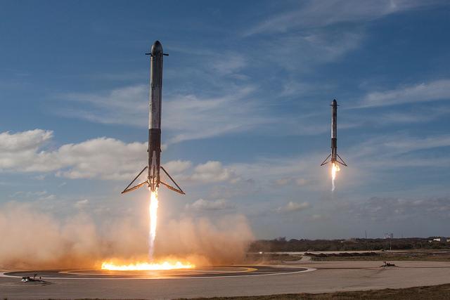 Falcon Heavy side boosters landing