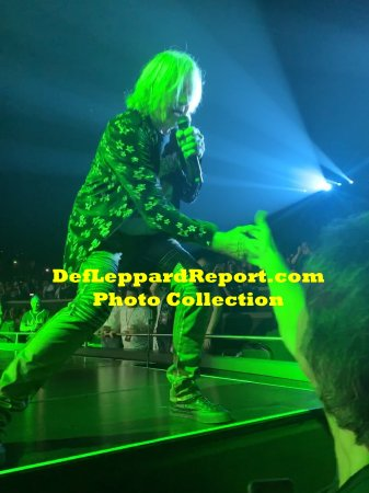 Joe Elliott on stage hand slap