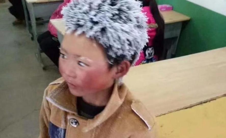 Es fa viral la imatge del nin que arriba a l'escola congelat
