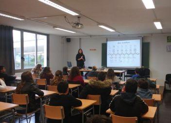 La científica Catalina Pomar imparteix una conferència a l'IES Mossèn Alcover per a fomentar l'interès en la ciència