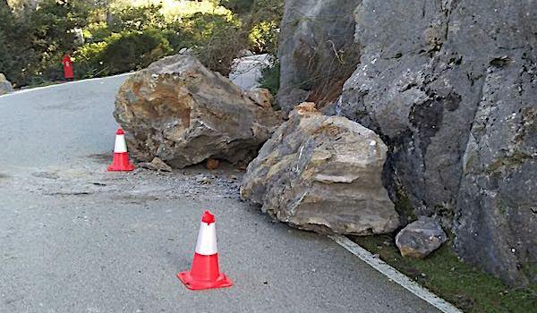 Cauen dues roques de grans dimensions a sa Calobra