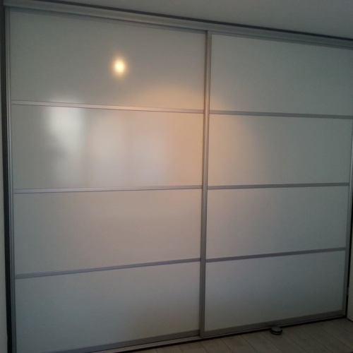 Schuifdeurkast Op Maat - Glans Wit Met Een Eiken Zwart Interieur