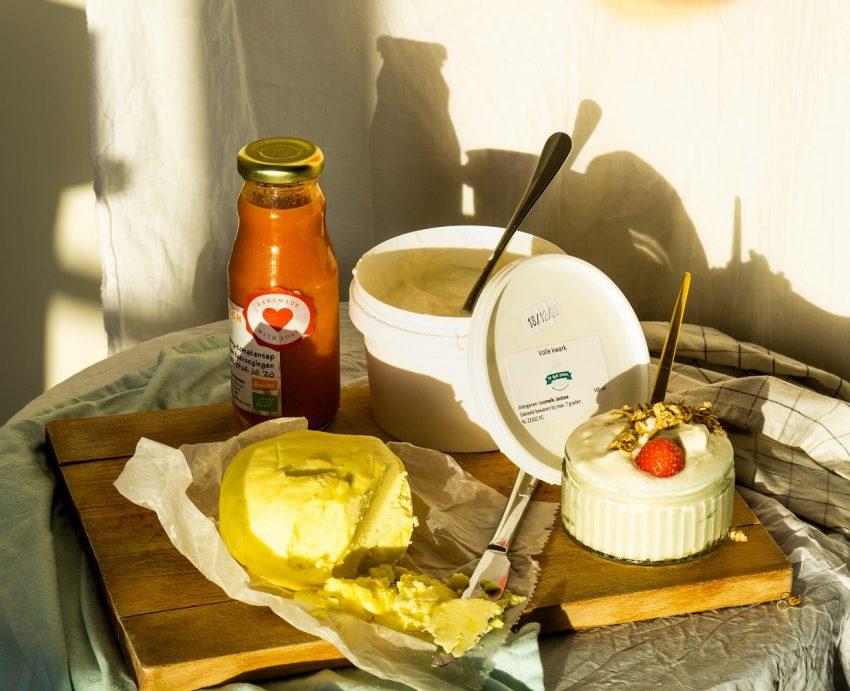 Deze foto is van Sanne de la Fosse met producten van ZuivelRijk en Kwekerij Eko-logisch