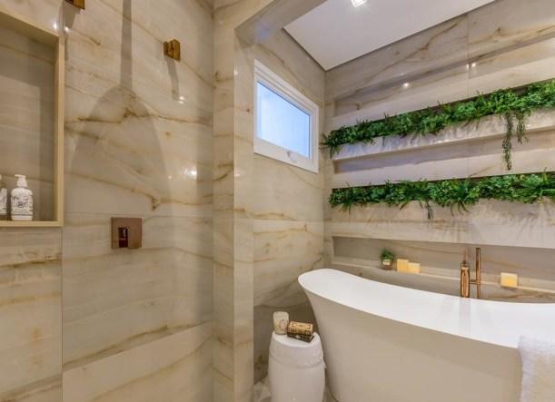 Composição: porcelanato marmorizado e vegetação criam um ambiente natural