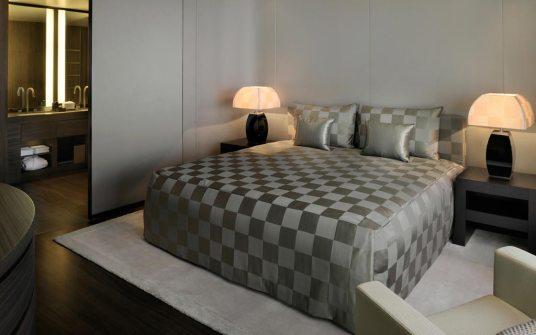 Suítes foram projetadas com móveis sob medida e peças exclusivas na decoração