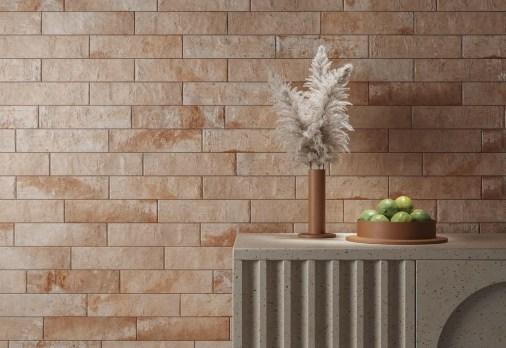 Azulejos com aspecto de tijolos desgastados unem o clássico ao rústico