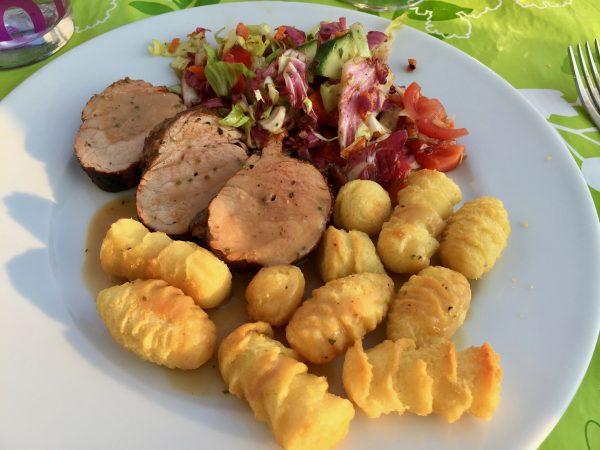 Schweinefilet mit Kroketten und gemischtem Salat