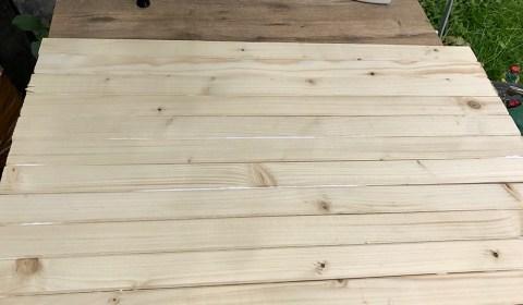Latten mit wasserfestem Holzleim miteinander verkleben