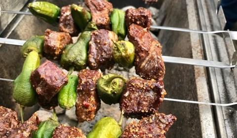 Fleischspieße mit Pimentos de Padron vom Mangal Grill von Beef and Meat