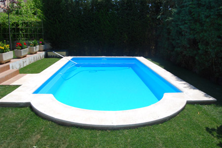 Una piscina en el jard n for Piscinas de jardin