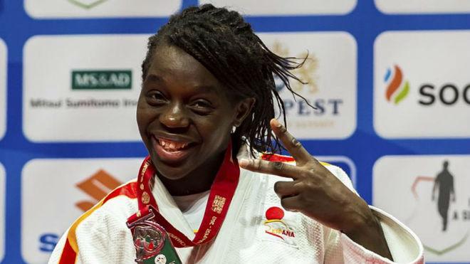 Maria bernabeu celebrando medalla