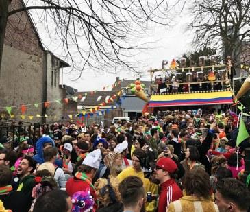 Tilburg.com: De Kruikenzeiker: D'n Opstoet, gezellige bron van ergernis