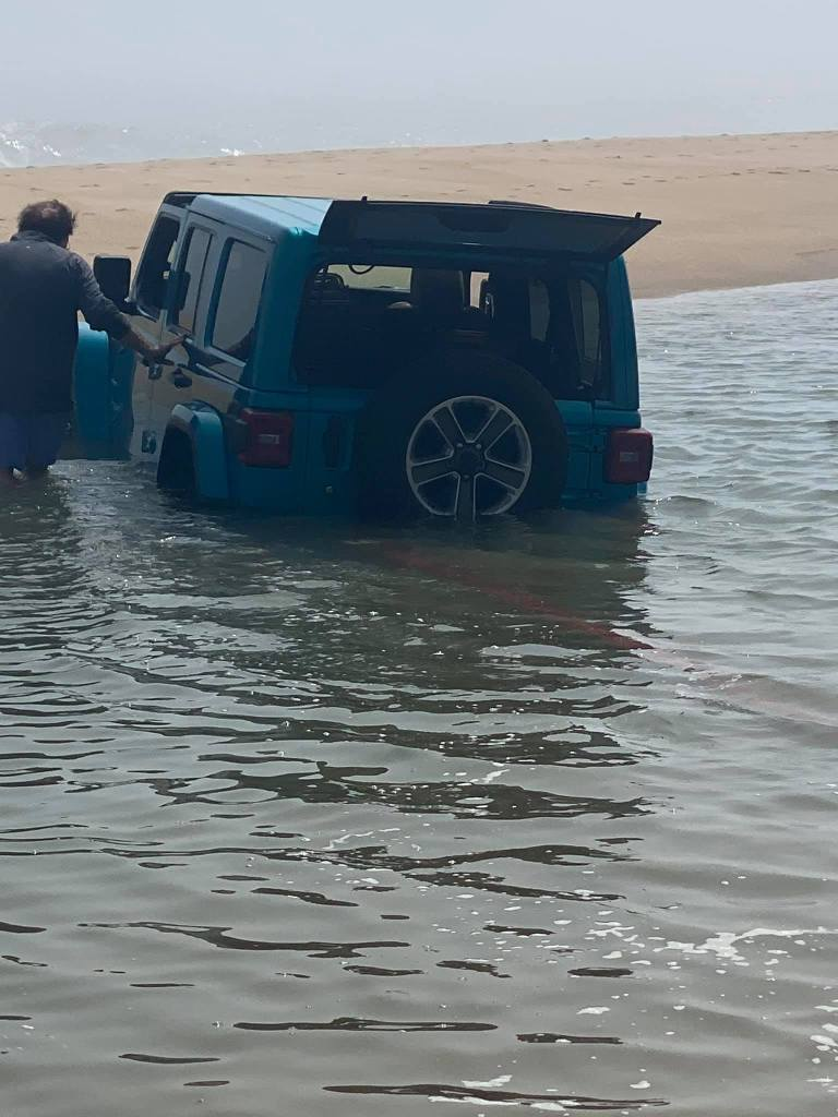 jeep stuck in tide pool, its a jeep thing, jeep stuck at beach, delaware surf fishing, mag towing