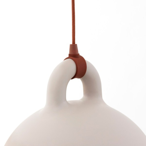 Lampara Bell de Normann Copenhagen acabado arena con forma de campana para colgar