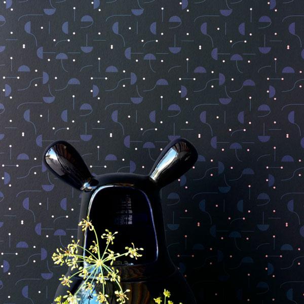Papel pintado Primitive Micro en fondo negro diseñado por Jaime Hayon para England&Co