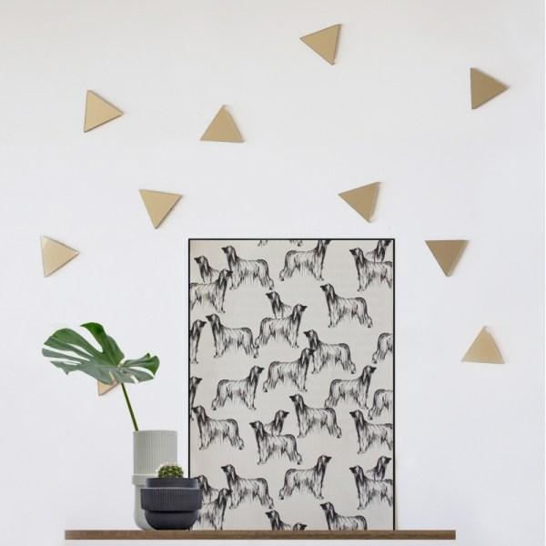 Triángulos de metacrilato dorado con pegatina adhesiva para colocar y decorar la pared