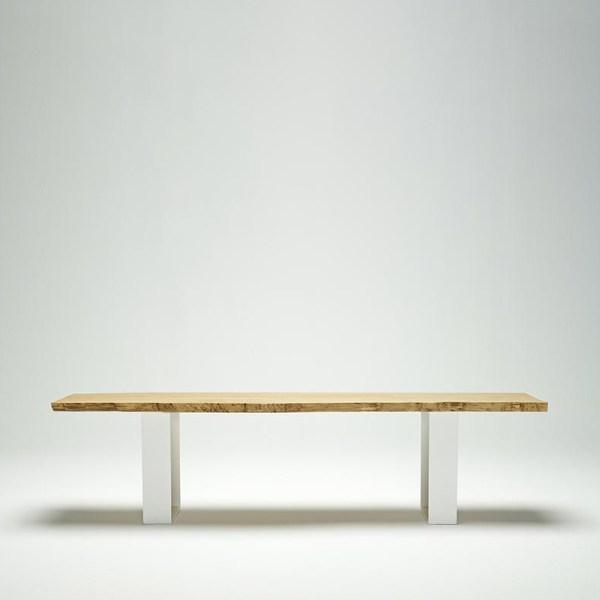 Banco con asiento en roble macizo y patas de hierro lacado blanco de Juan Ruiz Rivas